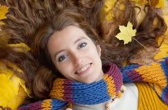 La jeune femme marche dans le bois d'automne Photos libres de droits