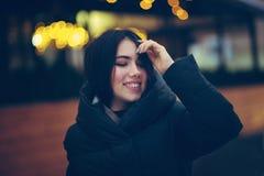 La jeune femme marche sur la rue d'hiver images libres de droits
