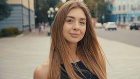 La jeune femme mignonne sur le regard de rue à la caméra, steadicam a tiré Fin femelle de beau de portrait de mode visage d'été  banque de vidéos