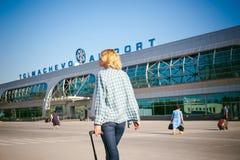 La jeune femme mince habillée dans le bleu a vérifié la chemise, chapeau et les jeans, partiront à l'aube le jour d'été en voyage Photo stock
