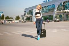 La jeune femme mince habillée dans le bleu a vérifié la chemise, chapeau et les jeans, partiront à l'aube le jour d'été en voyage Photographie stock libre de droits