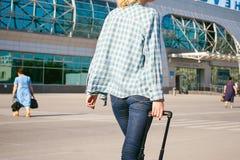 La jeune femme mince habillée dans le bleu a vérifié la chemise, chapeau et les jeans, partiront à l'aube le jour d'été en voyage Photos stock