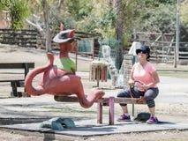 La jeune femme monte sur une oscillation en forme de kangourou au zoo australien Gan Guru dans les kibboutz Nir David, en Israël Photos libres de droits