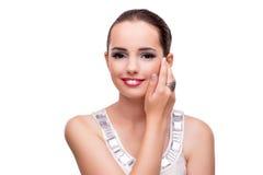 La jeune femme montrant ses bijoux d'isolement sur le blanc Images stock