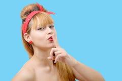La jeune femme montre le doigt de silence à sa bouche Images stock