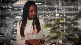 La jeune femme noire est satisfaite avec le travail du concepteur visuel sur l'ordinateur avec le nouveau logiciel professionnel clips vidéos