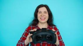 La jeune femme offre de porter la réalité virtuelle en verre, lunettes de VR, verres de VR-casque banque de vidéos