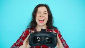 La jeune femme offre de porter la réalité virtuelle en verre, lunettes de VR, verres de VR-casque clips vidéos
