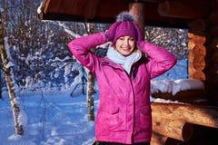 La jeune femme passent des vacances d'hiver au cottage de montagne Image stock