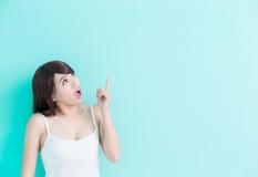 La jeune femme pensent quelque chose Photo stock