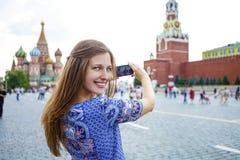 La jeune femme a photographié des attractions à Moscou Images stock