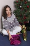 La jeune femme près a décoré l'arbre de Noël image libre de droits