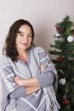 La jeune femme près a décoré l'arbre de Noël image stock