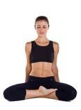 La jeune femme pratique le yoga photographie stock libre de droits