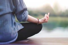 La jeune femme pratique le yoga dans extérieur Se reposer en position de lotus Concept de la vie débranchée et de santé mentale image stock