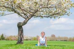 La jeune femme pratique le yoga, faisant l'exercice de cobra, pose de Bhujangasana photographie stock