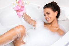 La jeune femme prend le bain moussant images libres de droits