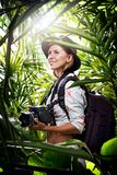 la jeune femme prend la photo dans la jungle Photos stock