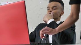La jeune femme que le chef touche doucement la main de son employé gêné africain, il enlève sa main, flirtant banque de vidéos