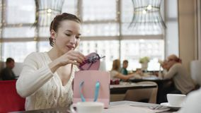 La jeune femme reçoit le sac actuel avec l'intérieur en forme de coeur de boîte banque de vidéos
