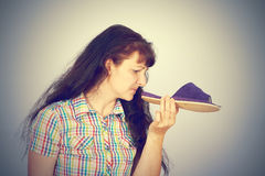 La jeune femme renifle les pantoufles puantes Photos stock