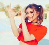 La jeune femme rousse sexy taquinant met des doigts pour flairer dans une agrostide blanche et un foulard autour de son cou Amuse Photo stock