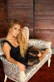 La jeune femme s'assied sur un divan images libres de droits