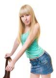 La jeune femme se penchant contre une présidence Photo stock