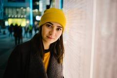 La jeune femme se penche à un plan lumineux de départ Voyage, mode de vie et concept de la jeunesse image stock