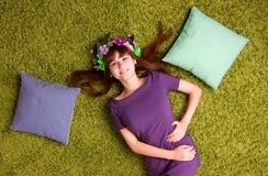 La jeune femme se trouve sur le tapis photos stock