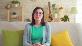 La jeune femme sent une odeur désagréable banque de vidéos