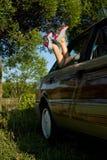 La jeune femme sexy étalent dans des pattes de véhicule Photo stock
