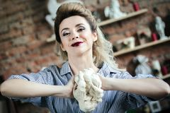 La jeune femme sexy prépare la pâte dans la cuisine La fille blonde sur la cuisine malaxe la pâte à la main Jeune femme heureuse  photos stock