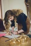 La jeune femme signe un contrat Images libres de droits