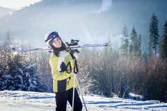 La jeune femme skie en montagnes Images libres de droits
