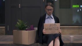 La jeune femme sortant le travail a voulu le signe de carton se reposant dans la rue de soirée banque de vidéos