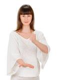 La jeune femme sortie donne un coup de pied le bras de poings serré par air Photo stock