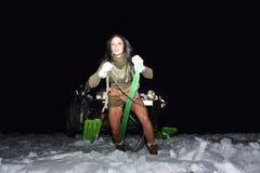 La jeune femme sportive tirant la voiture en hiver Photographie stock libre de droits