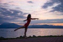 La jeune femme, sur les rivages du policier de lac, dans la danse pose photographie stock libre de droits