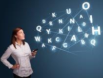 La jeune femme tapant sur le smartphone avec 3d de pointe marque avec des lettres le commi Photos stock