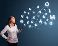 La jeune femme tapant sur le smartphone avec 3d de pointe marque avec des lettres le commi Image stock