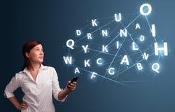 La jeune femme tapant sur le smartphone avec 3d de pointe marque avec des lettres le commi Image libre de droits