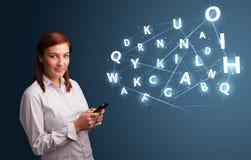 La jeune femme tapant sur le smartphone avec 3d de pointe marque avec des lettres le commi Photographie stock