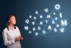La jeune femme tapant sur le smartphone avec 3d de pointe marque avec des lettres le commi Photo stock