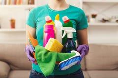 La jeune femme tenant le seau avec des articles de nettoyage, se ferment  photographie stock libre de droits