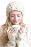 La jeune femme tenant une tasse observe fermé Image libre de droits