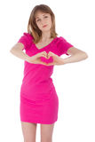 La jeune femme tient des mains sous forme de coeur Photo libre de droits