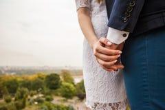 La jeune femme tient une main de son homme Photo stock