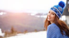 La jeune femme étonnante dans le ski vêtx dehors Images stock