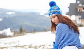 La jeune femme étonnante dans le ski vêtx dehors Image libre de droits